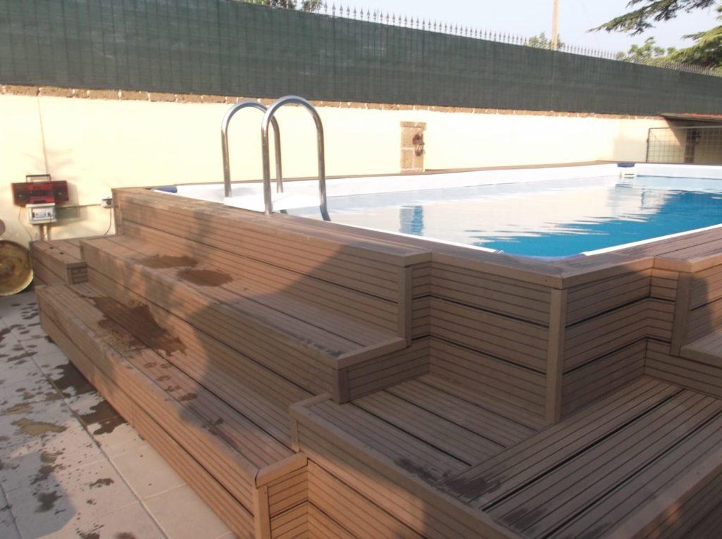 Piscina fuori terra con struttura in legno